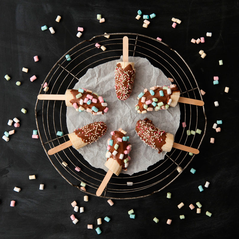 Chocolate Dipped Bananas with Mini Marshmallows from {nifty thrifty things}