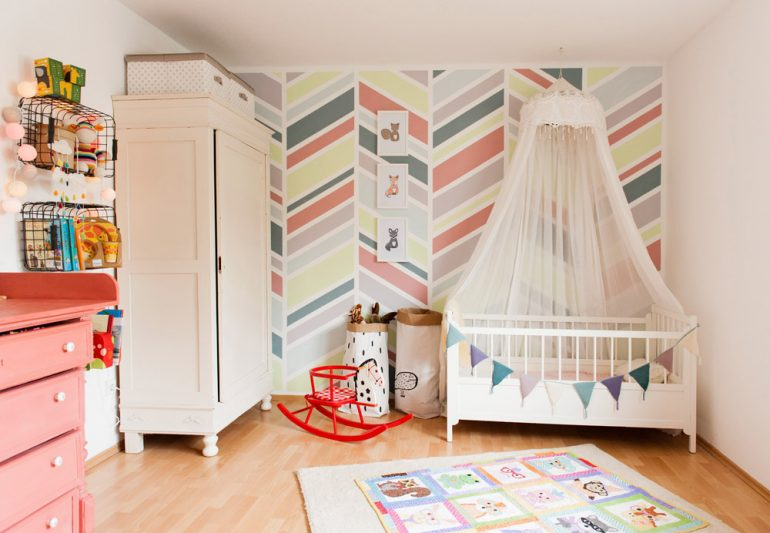 Moderne Wandgestaltung im Babyzimmer bei {nifty thrifty things}